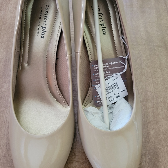 Comfort plus by  Predictions heeled dress shoe